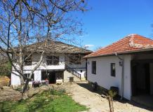 A renovated, traditional 3 bedrooms property, nicely located in a quiet and picturesque village.