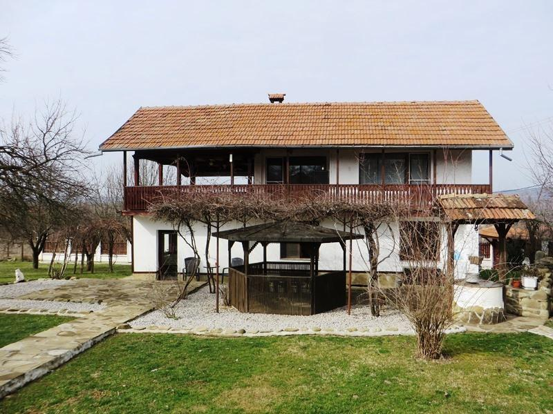 A fully renovated and furnished 4 bedrooms house with gorgeous views and 5000 sq m of land. Less than 20 min drive to the city of Veliko Tarnovo.