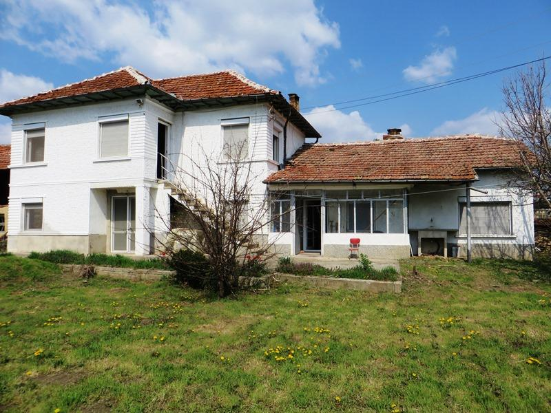 A partly renovated 3 bedrooms house with lovely garden of 1700 sq m and a great stone barn!