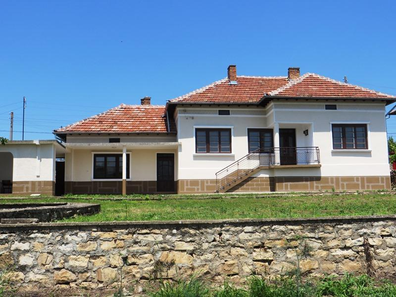A beautiful, fully renovated 3 bedrooms / 2 bathrooms house with lovely views and 2530 sq m of garden.