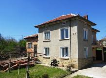 A partly renovated 3 bedrooms house with 1300 sq m plot of land. Two barns, summer kitchen, a large workshop.