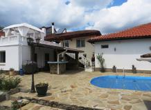 A renovated 5 bedrooms property with a swimming pool, 900 sq m of garden and a barn. In the town of Kilifarevo, only 8 km to the city.