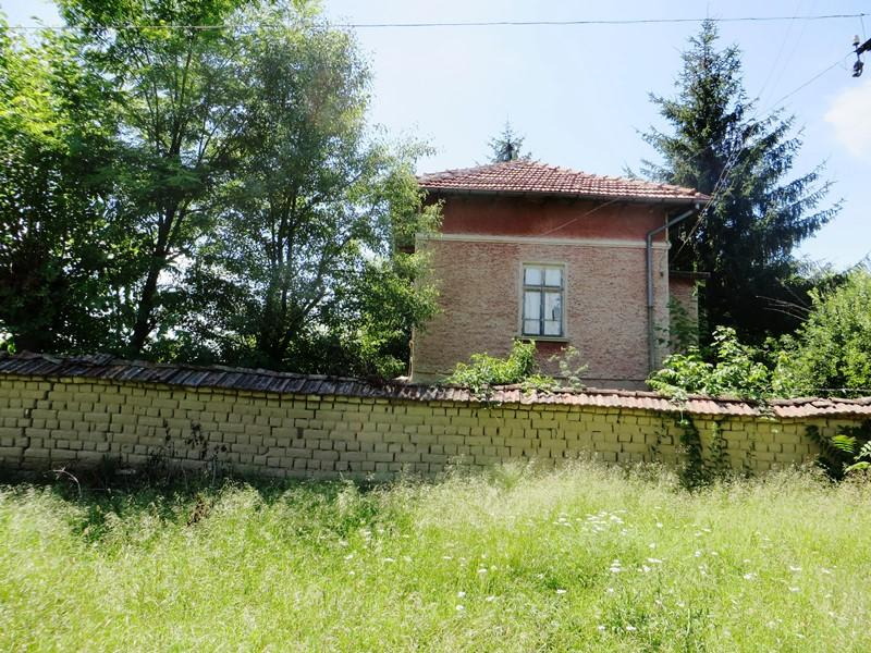 An old, but solid house with 2000 sq m and a barn, nicely located at the edge of the village of Stambolovo.