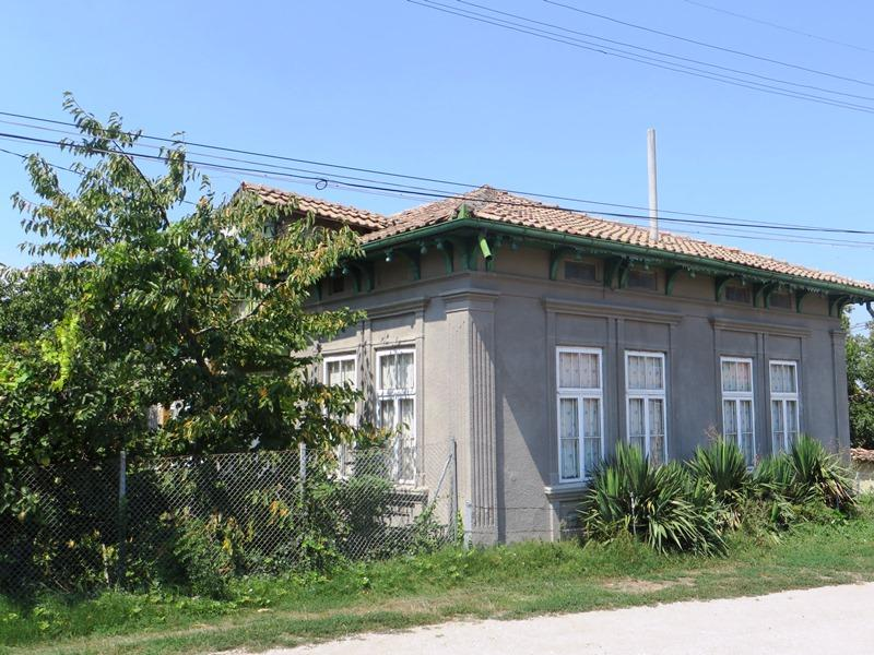 A gorgeous 3 bedrooms house with spacious lounge and two basements. 1700 sq m of land and a barn. 15 min drive to the city of Veliko Tarnovo.