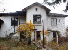 A traditional 2 storey house with 2000 sq m of land and lovely mountain views.