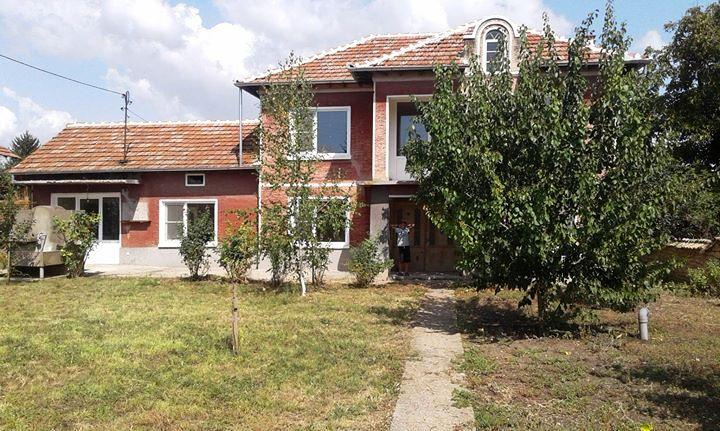 A mostly renovated 2 bedrooms house with lovely stone barn. Nicely situated at the well organized village of Polski Senovets.
