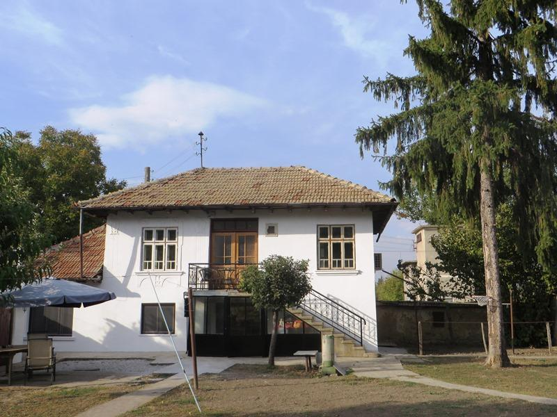 A lovely fully renovated and fully furnished 2 bedrooms house with 1000 sq m private garden.