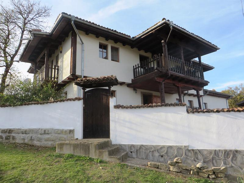 A beautiful, fully furnished 4 bedrooms house with stunning views. A few minutes drive to the tourist town of Elena.
