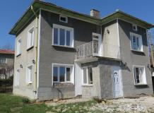 A nice, 3 bedrooms house in a process of renovation, wwith large garden and fabuolous views. Situated in the village of Lovnidol.